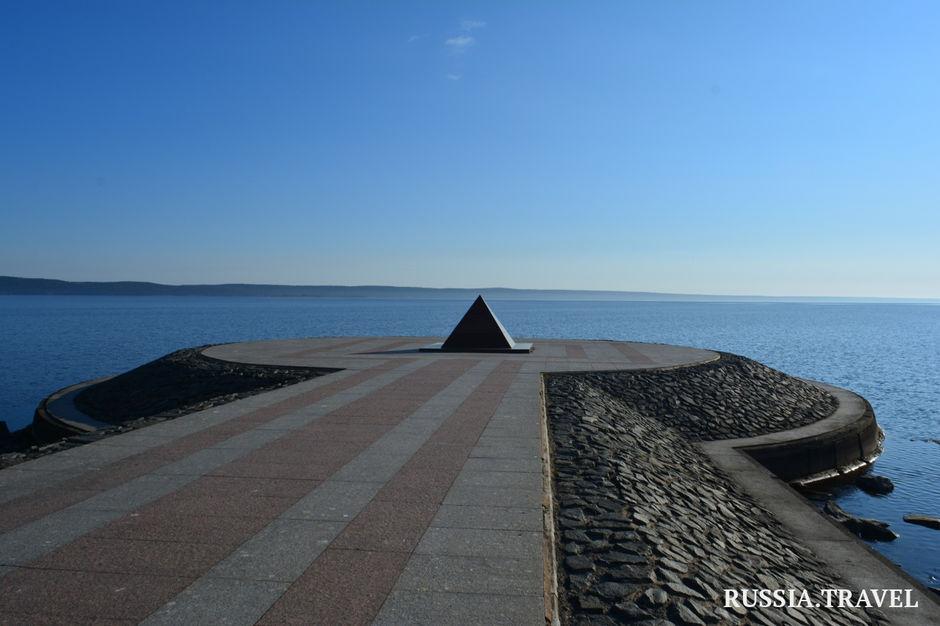 Гранитная пирамида на Онежской набережной