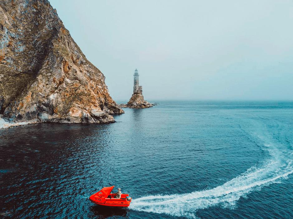 Маяк анива и лодка